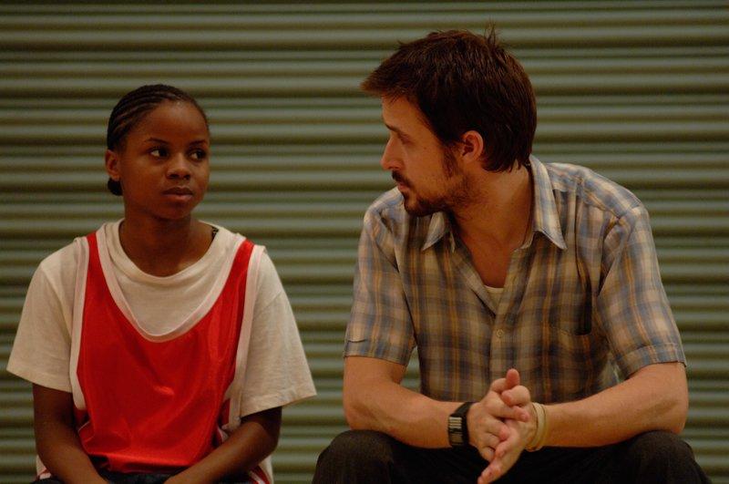 """Hollywood-Star Ryan Gosling glänzt als engagierter Lehrer afro-amerikanischer Schüler. Aufwühlendes Drama von US-Regisseur Ryan Fleck. Der junger, ambitionierter Geschichtslehrer Dan (Ryan Gosling) muss sich mit der harten Realität in einer überwiegend von Afro-Amerikanern besuchten Schule auseinandersetzen. Dan versucht den Jugendlichen, deren Lebensrealität von Gewalt und Armut geprägt ist, neue Perspektiven zu eröffnen. Doch gleichzeitig ist auch er selbst noch auf der Suche nach seinem Platz im Leben und kämpft mit schweren Problemen. Das ist die Ausgangslage des intensiven, provokativen Dramas """"Half Nelson"""" von US-Regisseur Ryan Fleck. Shooting-Star Ryan Gosling in der Parade-Rolle des Lehrers stellt erneut unter Beweis, dass er zu den talentiertesten jungen Schauspielern Hollywoods zählt. – Bild: Servus TV"""