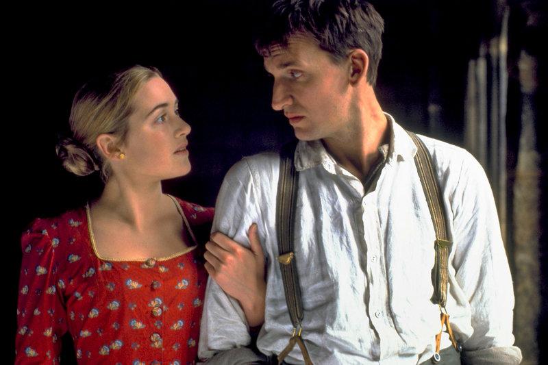 Jude (Christopher Eccleston) liebt seine Cousine Sue (Kate Winslet), die jedoch wie er selbst in einer anderen Ehe gebunden ist. – Bild: ZDF / © Eduardo Serra/PolyGram Films (UK) Ltd