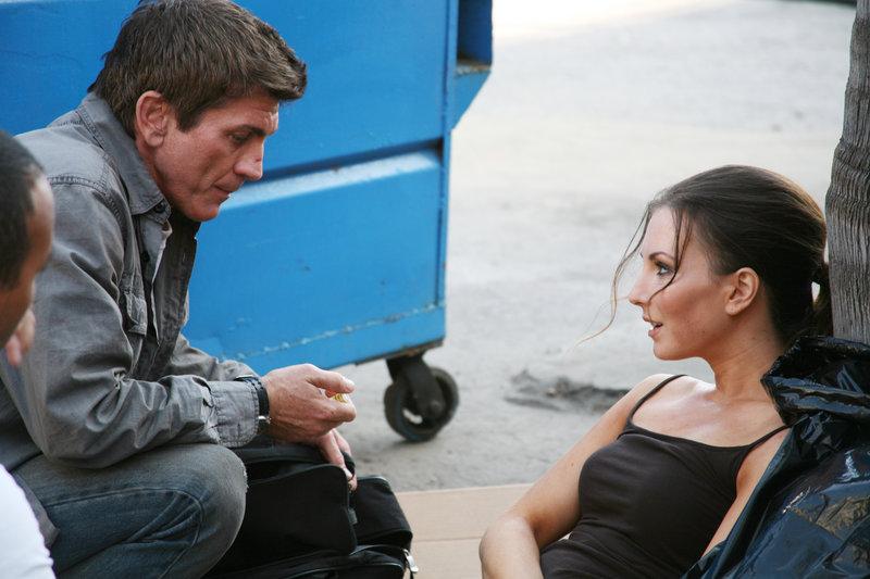David (Joe Lando) trifft unterwegs auf Lynn (Cooper Harris), die vom Trinkwasser verseucht wurde. – Bild: RRS
