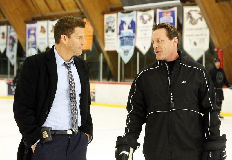Im Zuge der Ermittlungen in einem Eishockeyteam trifft Booth (David Boreanaz, l.), selbst ehemaliger Eishockeyspieler, auf den Eishockeystar Jeremy Roenick (Jeremy Roenick). – Bild: RTL / FOX