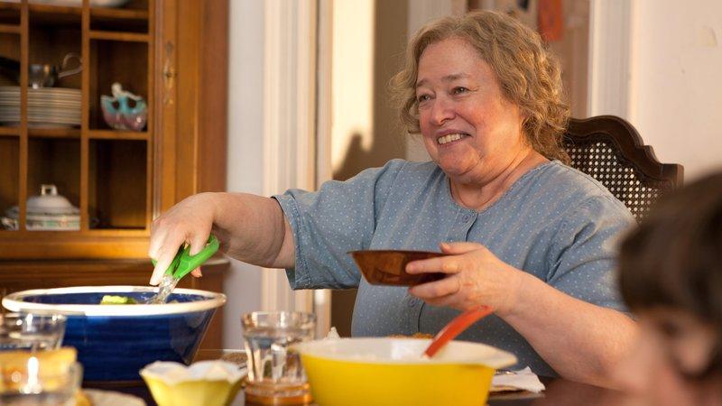 Mrs. Trotter (Kathy Bates) ist eine warmherzige Frau ist, die sich liebevoll um ihre Pflegekinder kümmert.Mrs. Trotter (Kathy Bates) ist eine warmherzige Frau ist, die sich liebevoll um ihre Pflegekinder kĂĽmmert. – Bild: RTL II