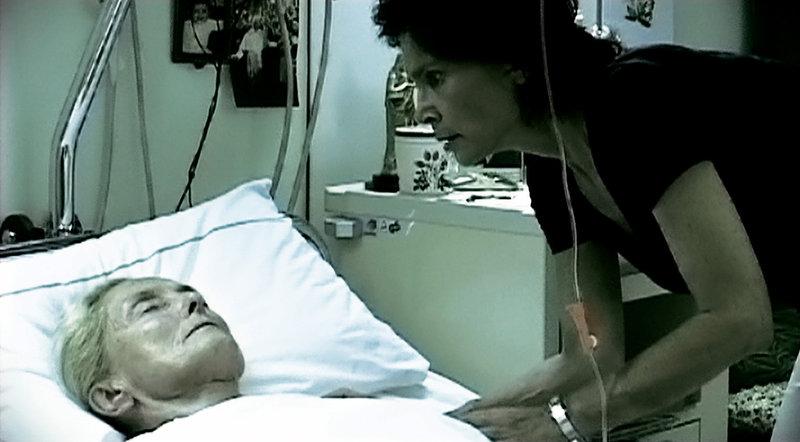 Karin (Birgit Doll) kümmert sich um ihre Mutter (Erni Mangold). – Bild: ORF