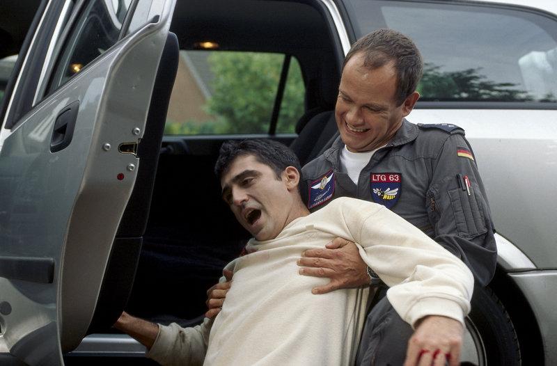 Alex (Matthias Leja, r.) begibt sich selbst in die Schusslinie, um einen angeschossenen Mann vor einem Amokschützen in Sicherheit zu bringen. – Bild: ZDF und Boris Laewen