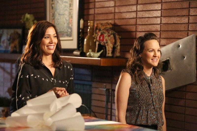 Für Angela Montenegro (Michaela Conlin, l.) und Daisy Wick (Carla Gallo) wird die Geburtstagsparty ihrer Kollegin zu einer riesigen Überraschung. – Bild: MG RTL D / FOX