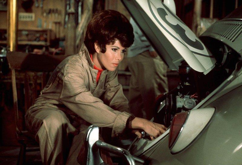 Carole (Michele Lee) kümmert sich um Herbies technische Wehwehchen. – Bild: Disney Channel