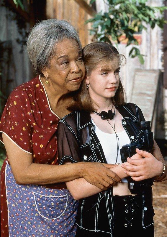 Die ungewöhnliche Freundschaft zwischen Lilly (Della Reese, l.) und Gina (Anna Chlumsky) versöhnt die Mitglieder zweier Familien. – Bild: VOX