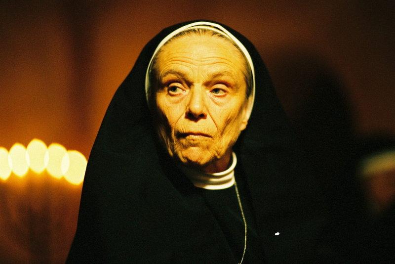 Die einzige Zeitzeugin - Schwester Katharina (Maria Mägdefrau) - hat ein Schweigegelübde abgelegt ... – Bild: Sat.1 Gold