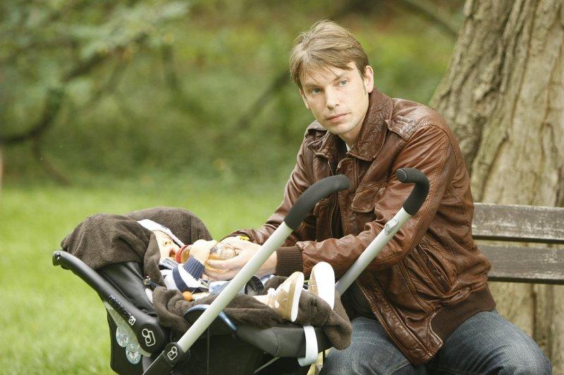 """Produktion """"Familie ist was Wunderbares"""". Steffen Dietz (Jonas Hartmann) will noch ein Kind. – Bild: ZDF und Frank Dicks"""