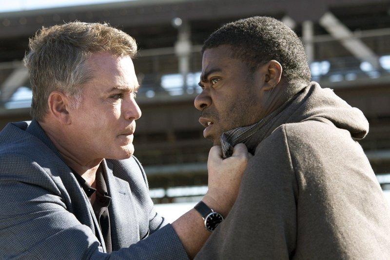 Polizeichef Marion Mathers (Ray Liotta) nimmt den unschuldigen Vincent (Tracy Morgan) in die Mangel. – Bild: ARD Degeto/Millenium Film/Nu Image