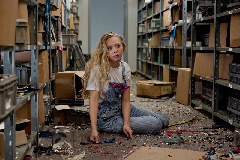 Kate (Portia Doubleday) arbeitet im Modeunternehmen ihres Vaters und muss dort die Schikane ihrer Stiefmutter über sich ergehen lassen. – Bild: RTL / © 2015 Myriad Pictur