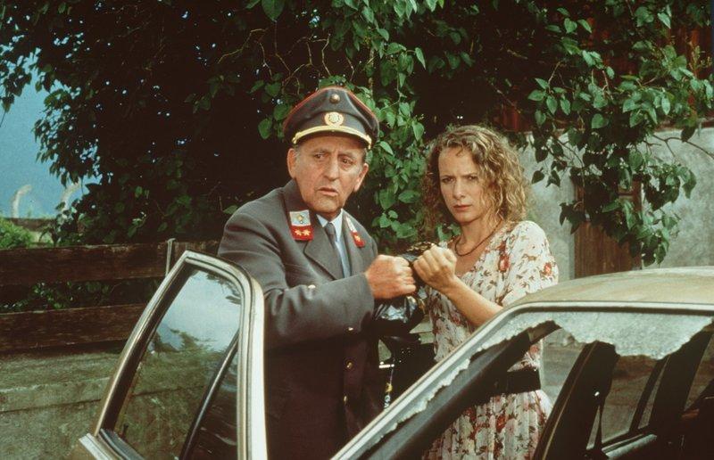 Gendarm Gilch (Maxl Graf, l.); Laura Sterneck (Karina Thayenthal, r.) – Bild: Beta Film GmbH Lizenzbild frei