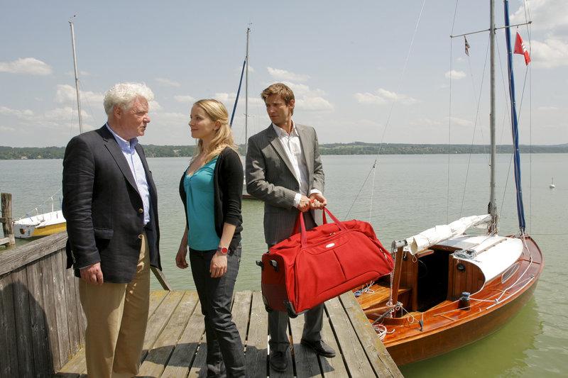 Controllerin Patrizia Ortmann freut sich, bei einer Bootstour den Vater von Kommissar Sven Hansen kennen zu lernen. (Friedhelm Ptok, Diana Staehly, Igor Jeftic) – Bild: ZDF