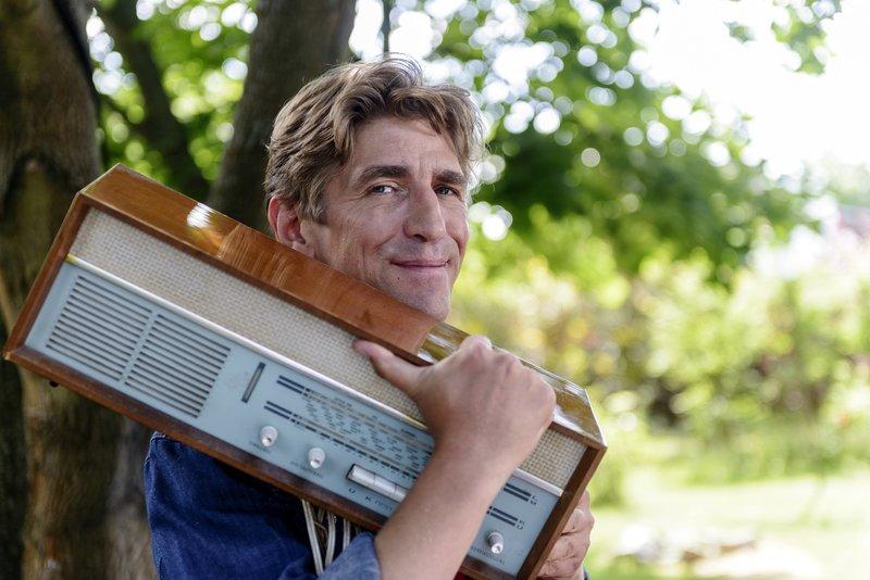 Fritz Fuchs (Guido Hammesfahr) will das alte Radio von Oma Ilse reparieren. – Bild: ZDF und Antje Dittmann.