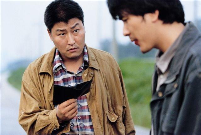 L-R: Detective Park Doo-man (Kang-ho Song), Detective Seo Tae-yoon (Sang-kyung Kim) – Bild: arte