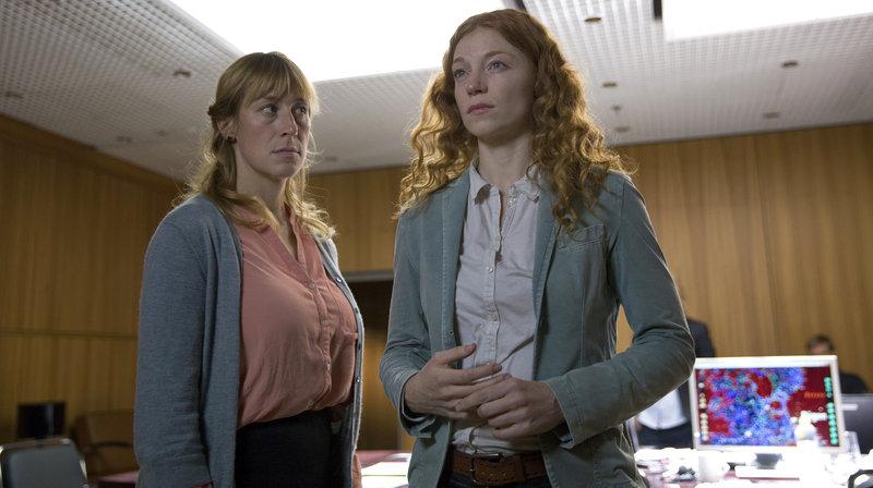 Mirjam Nohe (Helene Grass) steht Anja Mendt (Marleen Lohse) bei einer Gegenüberstellung von Verdächtigen bei. – Bild: ARD Degeto/ndf/Esteve Franquesa Parareda
