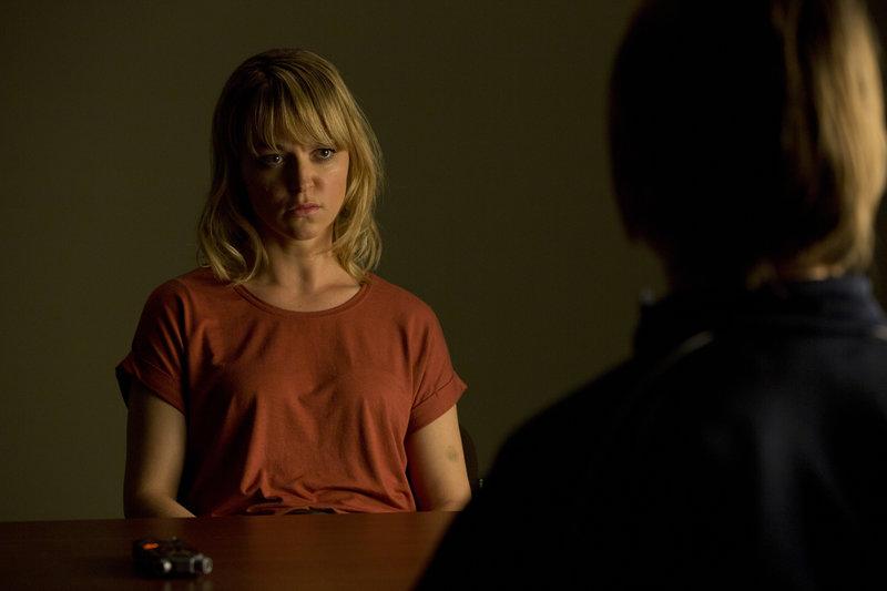 Kommissarin Winnie Heller (Lisa Wagner) ist erschöpft und schüttet ihrer Therapeutin Dr. Jacobi (Lena Stolze) ihr Herz aus. – Bild: ZDF