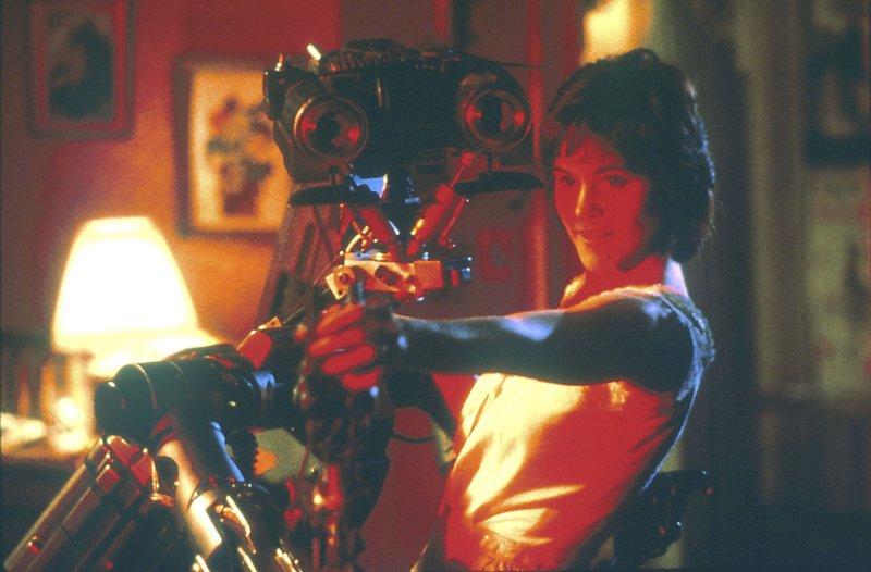 Nummer 5 und seine Freundin Stephanie (Ally Sheedy) kämpfen gemeinsam gegen das Militär. Der Roboter soll wieder zurück auf ein Armeegelände gebracht und deaktiviert werden. – Bild: Disney Channel