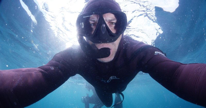 Joe Romeiro snorkeling at the surface, looking into the camera. – Bild: Discovery Channel / Discovery Communications