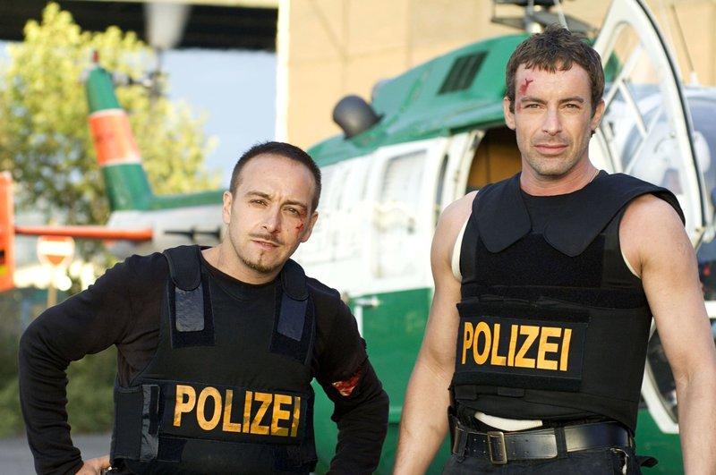 """Härter, realistischer, glaubwürdiger - """"Alarm für Cobra 11"""" ist wieder da. Die neue Staffel startet mit dem 90-minütigen Pilotfilm """"Auf Leben und Tod"""". Der neue Mann im """"Cobra""""-Team neben Semir Gerkhan (Erdogan Atalay, li.) ist nach einer spektakulären Rettungsaktion Chris Ritter (Gedeon Burkhard). – Bild: RTL / Guido Engels"""