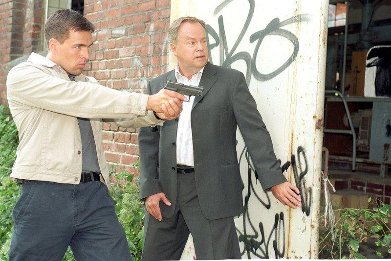 Die Kommissare Bonhoff (Wolfgang Krewe, l.) und Kehler (Wolfgang Bathke) wurden von Benjamin zu dem Ort geführt, an dem Pachmann Valeska gefangen hält... – Bild: RTLplus