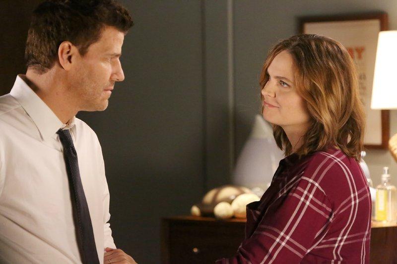 Brennan (Emily Deschanel) erkennt, wie sehr Booth (David Boreanaz) seinen Bruder Jared vermisst und um ihn trauert. – Bild: RTL