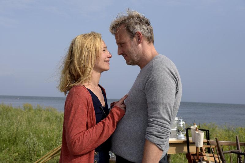 Lena (Sandra Borgmann, l.) hat sich in Mads (Rasmus Botoft, r.) verliebt, weiß aber noch nicht, ob sie länger als einen Sommer in Dänemark verbringen möchte. – Bild: ZDF und Christiane Pausch