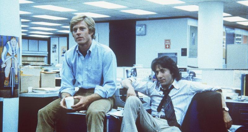 Reporter Carl Bernstein (Dustin Hoffman, r.) und sein Kollege Bob Woodward (Robert Redford, l.) decken einen gewaltigen Politskandal auf ... – Bild: Warner Bros. Lizenzbild frei