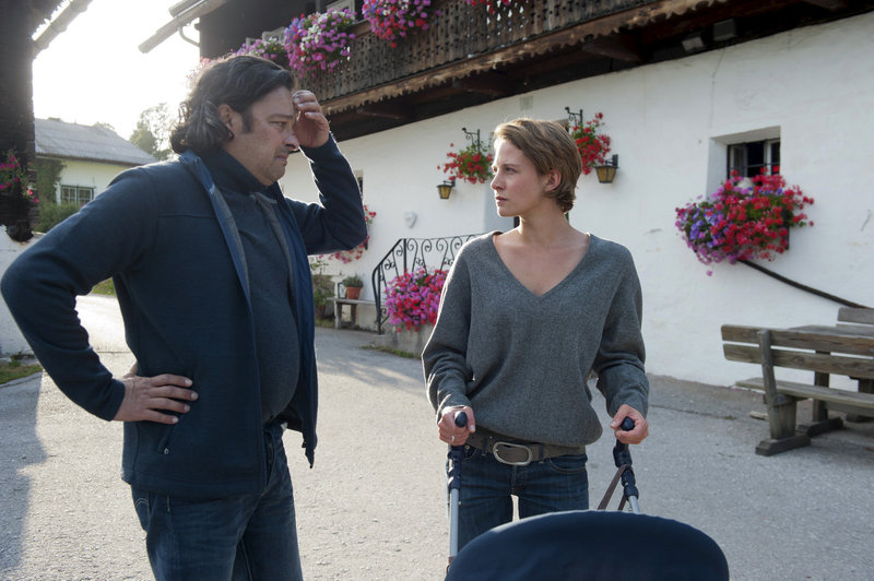 Martin Gregor (Fritz Hammel) tut unendlich leid, was er seiner Tochter Marie Ann (Gloria Nefzger) angetan hat. – Bild: ORF2
