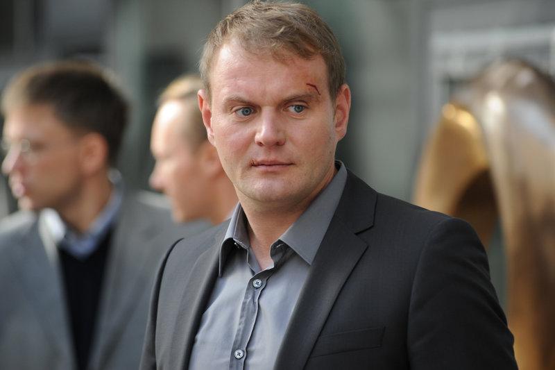 Worauf hat er sich da eingelassen? Tom (Devid Striesow) wittert Abgründe in der alteingesessenen Firma. – Bild: ZDF und AKI PFEIFFER