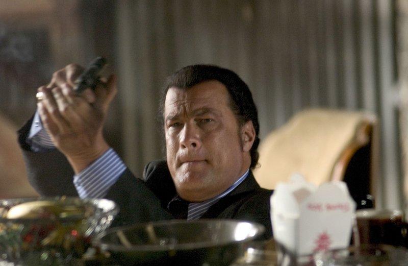 Ex-CIA-Agent Jonathan Cold (Steven Seagal) gerät auf mysteriöse Weise ins Blickfeld seines eigenen Geheimdienstes ... – Bild: Copyright © 2005 Crab Trap Productions. All Rights Reserved. Lizenzbild frei