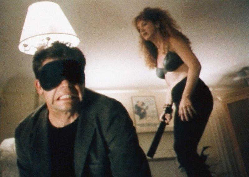 Von Onas (Kathy Griffin) Domina-Ambitionen erfährt Nick (Dana Gould) leider etwas zu spät... – Bild: VOX