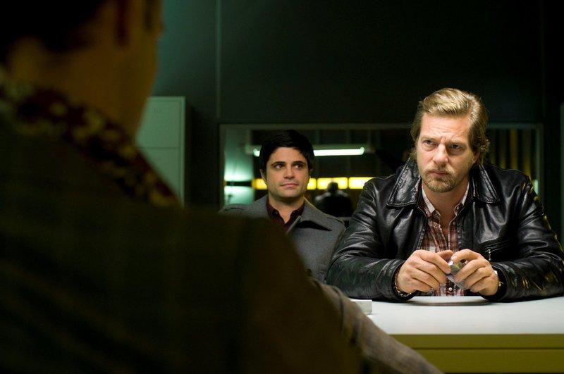 """On right:Michael """"Mick"""" Brisgau (Henning Baum). – Bild: Martin Rottenkolber / Die Verwendung ist nur bei redak / Pro Sieben SAT.1 / © SAT.1"""