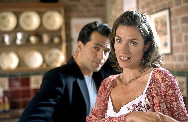 Die Londoner Schmuckdesignerin Julia Hammond (Julia Bremermann) trifft im Sommerurlaub auf dem Land den attraktiven Falkner David Norris (Erol Sander). Beide fühlen sich zueinander hingezogen, wehren sich aber gegen ihre Gefühle. – Bild: ORF2
