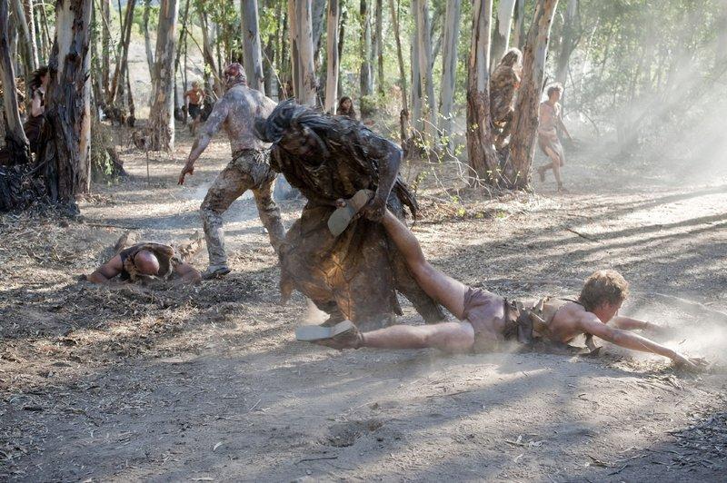 In einer postapokalyptischen Welt kämpft eine Gruppe Überlebender im dichten Urwald ums Überleben. Als das Stammesdorf dann von Bestien angegriffen wird, verändert sich alles... – Bild: RTL