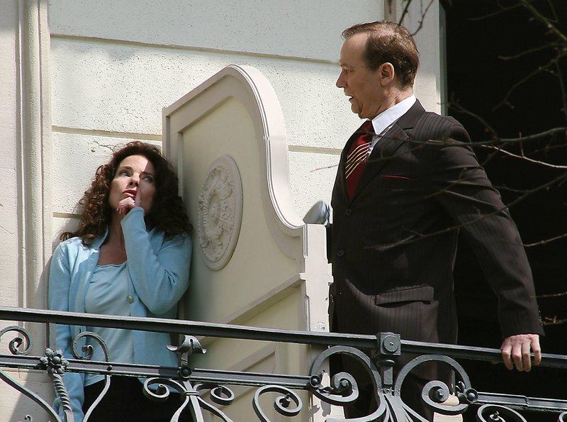 """Der Rezeptionist (Arnfried Lerche) traut seinen Augen kaum, als er Hannah (Gudrun Landgrebe) auf dem Balkon ihres Zimmernachbarn entdeckt. – Bild: """"ARD Degeto/Johannes Krieg"""" (S 2)"""
