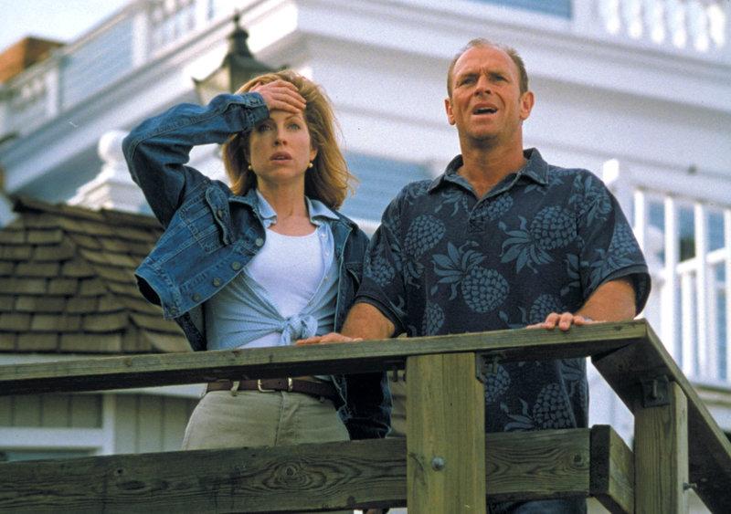 Dr. Jessica Weaver (Julianne Phillips) und John Wahl (Corbin Bernsen) können nicht glauben, was sie am Horizont sehen..Dr. Jessica Weaver (Julianne Phillips) und John Wahl (Corbin Bernsen) können nicht glauben, was sie am Horizont sehen.. – Bild: RTL II
