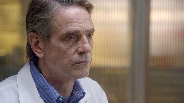 Dr. Jackson (Jeremy Irons) unterstützt das Team der Special Victims Unit, um den Mord an einem kleinen Mädchen aufzuklären? – Bild: VOX