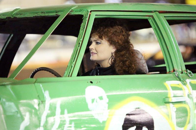 Gut getarnt hält Brennan (Emily Deschanel) Ausschau nach einem möglichen Tatverdächtigen, der unter den Demolition Derby-Rennfahrern vermutet wird. – Bild: MG RTL D / FOX