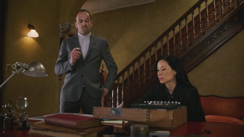 L-R: Holmes (Jonny Lee Miller) und Watson (Lucy Liu) – Bild: 2017 CBS Broadcasting, Inc. All Rights Reserved.