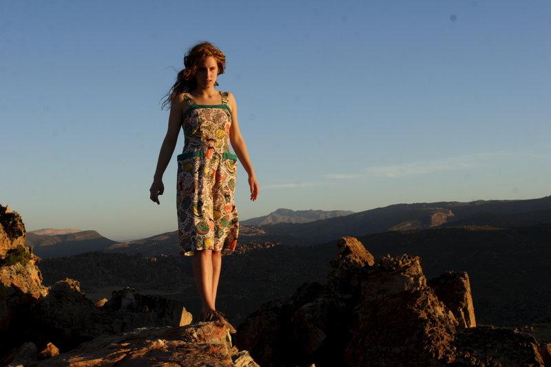 Ella (Amelie Kiefer) fühlt sich in der Natur ihrer Heimat Südafrika frei. – Bild: ZDF und Charlie Sperring