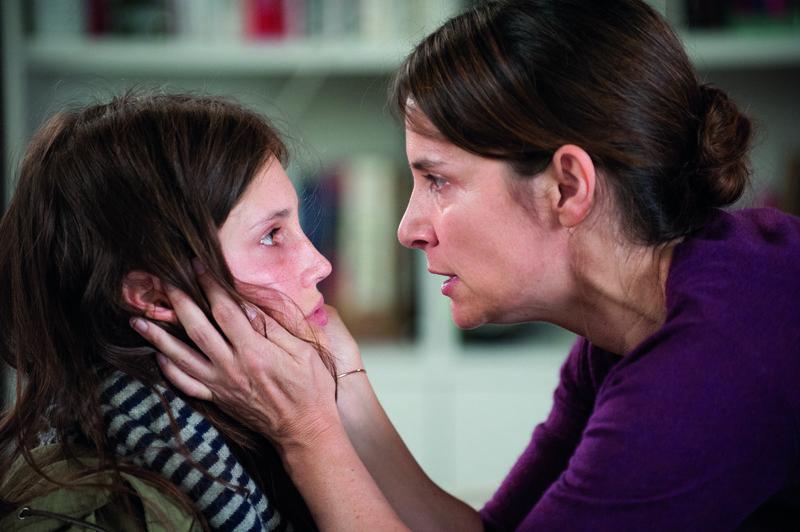 """Sylvie (Géraldine Pailhas, r.) ist schockiert, als sie von Isabelles (Marine Vacth, l.) """"Nebenverdienst"""" erfährt. – Bild: ZDF und Jean-Claude Moireau"""