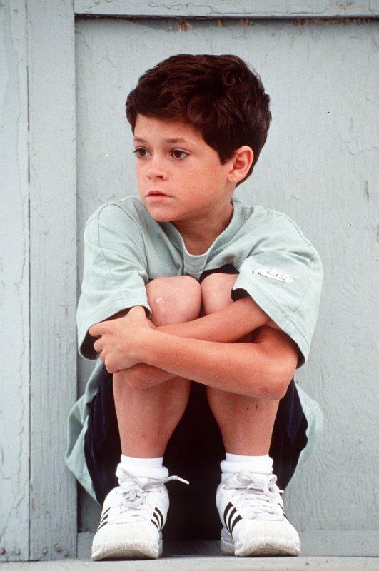 Tanner (Cameron Finley) wartet sehnsüchtig auf Mitch, der ihn vor seinem ewig betrukenen Vater retten soll. – Bild: Nitro.