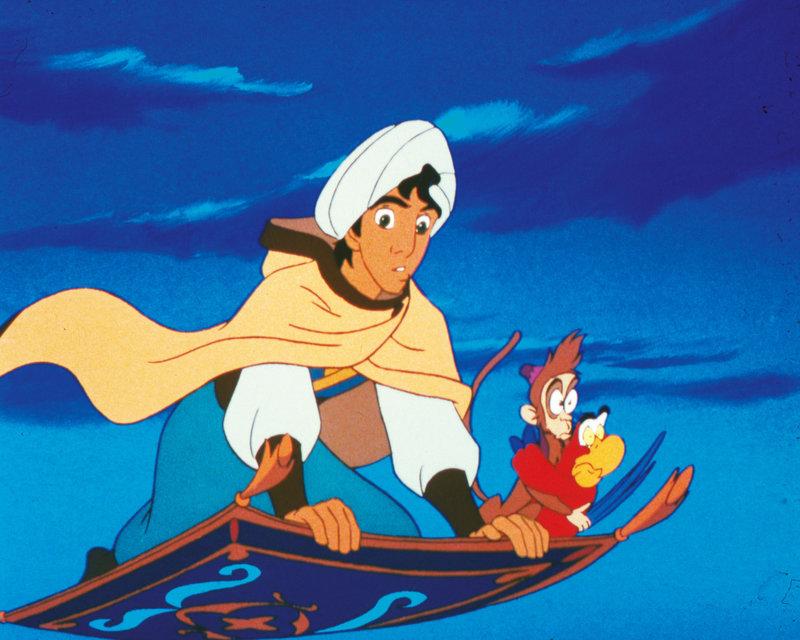 Aladdin schwebt mit seinen Freunden Jago und Abu (re.) durch die Lüfte. – Bild: DISNEY. ALL RIGHTS RESERVED.