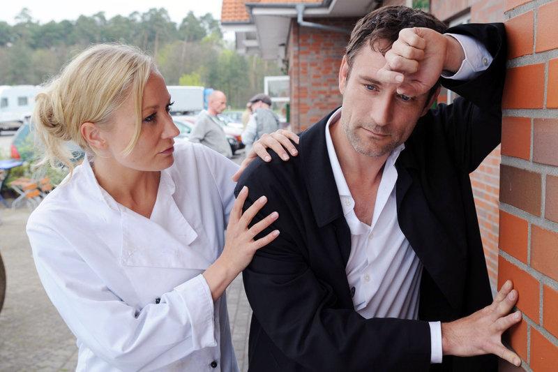 Eines Tages lernt Regina (Janine Kunze, l.) den ebenso arroganten wie attraktiven Marcello (Heikko Deutschmann, r.) kennen. Mit ihm lässt sie sich auf eine hitzige Diskussion über die Qualität von Speisen ein ... – Bild: Sat.1 Eigenproduktionsbild frei