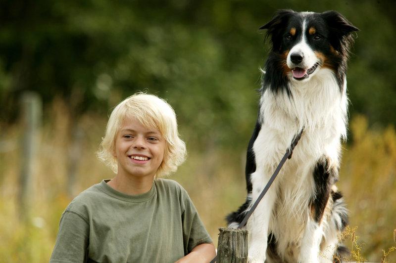 Petter (Magnus Solhaug) und der Hund Leo sind die besten Freunde geworden. – Bild: BR