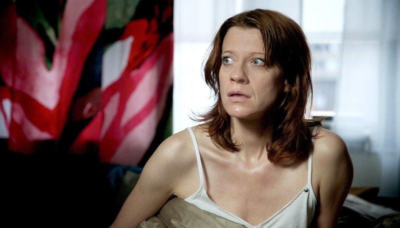 Juliane Schubert (Caroline Peters) kann keinem mehr trauen. Das raubt ihr den Schlaf. – Bild: WDR/Alexander Fischerkoesen