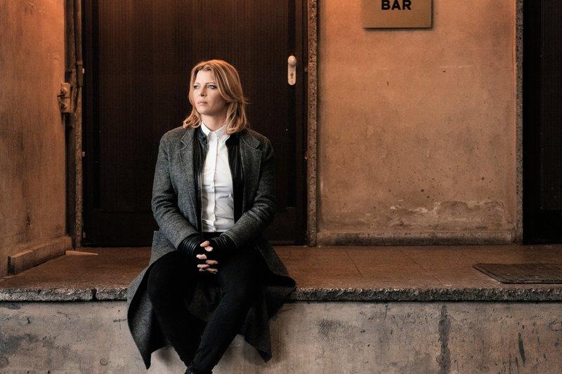 Judith Volkmann (Jördis Triebel) deckt einen Fall um verschwundene Flüchtlingskinder auf. In diesem Zuge entfaltet sich ein ganzes Netzwerk an Menschenhandel und Kinderprostitution. – Bild: ZDF und Mathias Bothor.