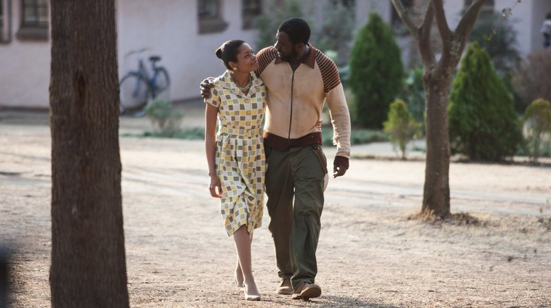 Die gemeinsame Zeit ist kurz: Nelson Mandela (Idris Elba) mit seiner Frau Winnie (Naomie Harris) in Freiheit. – Bild: rbb/Degeto/Senator Filmverleih