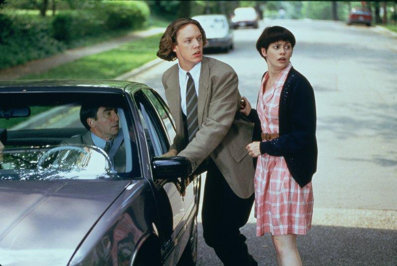 Eugene (Sam Waterston, l.), sein Sohn Chip (Matthew Lillard, M.) und dessen Freundin Birdie (Patricia Dunnock, r.) sind in heller Aaufregung, als das Geheimnis von Beverly Sutphin ans Licht kommt. – Bild: ZDF und Phillip V. Caruso