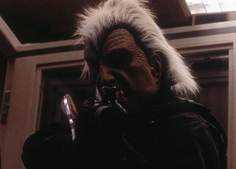 Mulder (David Duchovny) nimmt maskiert und schwer bewaffnet an einem Banküberfall teil, der von einer Miliz durchgeführt wird, bei der er sich eingeschlichen hat. – Bild: TM + © 2000 Twentieth Century Fox Film Corporation. All Rights Reserved. Lizenzbild frei